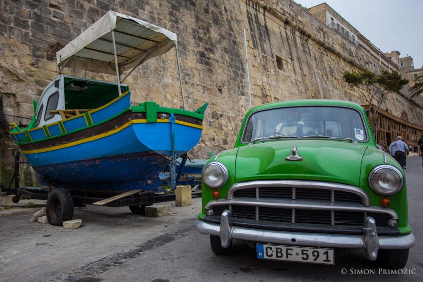Tipičen malteški čolniček - ob netipičnem a krasnem starodobniku