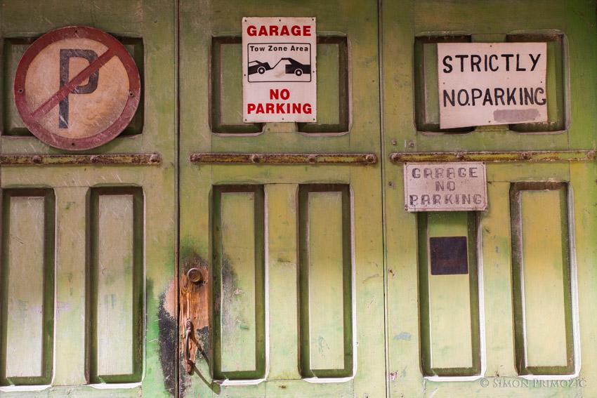 Parkirati ne smeš (skoraj) nikjer, sploh pa ne pred garažo - je ni brez takih znakov .)