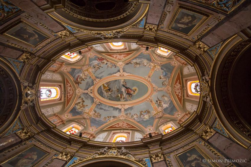 Notranjost kupole v cerkvi
