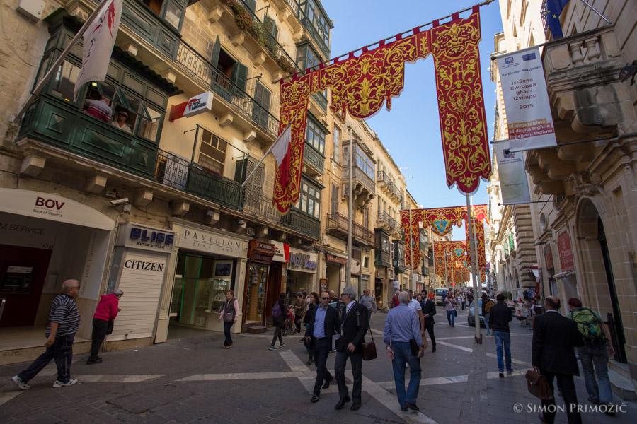 Glavna ulica v Valleti je bila nekaj dni prav zanimivo okrašena