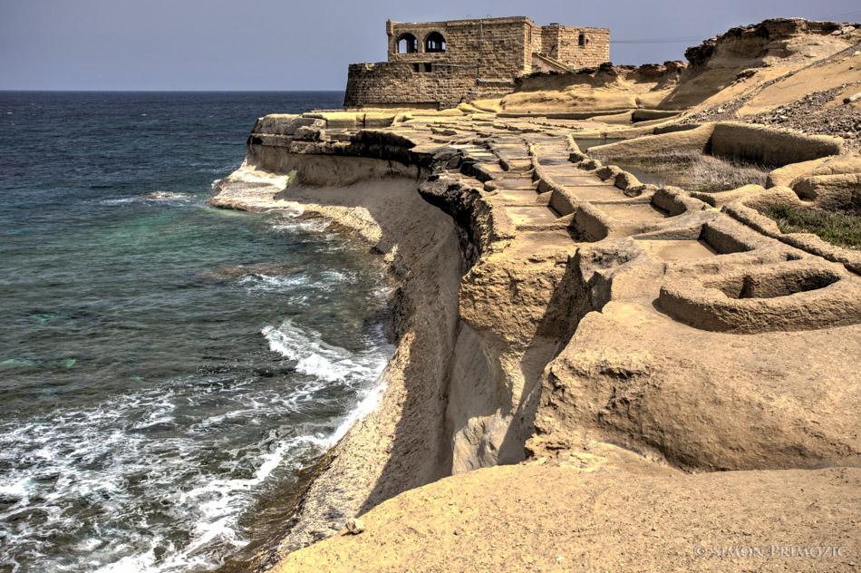 Propadajoči solinarski objekt na obali