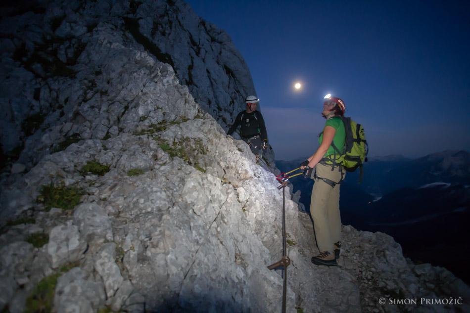Pot s polno luno v ozadju