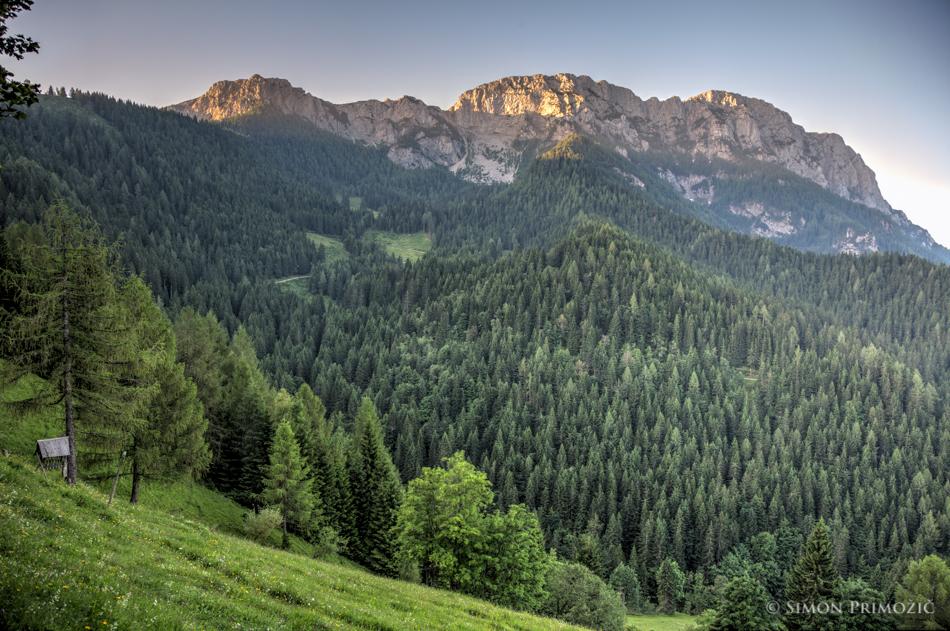Jutranji žarki božajo vrhove Raduhe