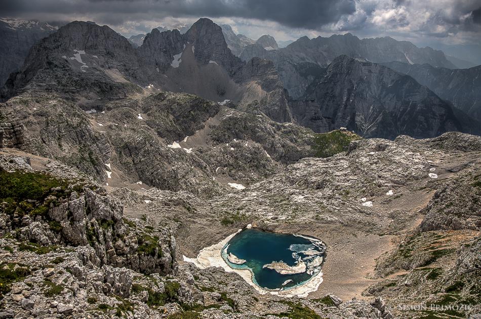 Pogled proti Zgornjem Kriškem jezeru - v daljavi Pogačnikov dom