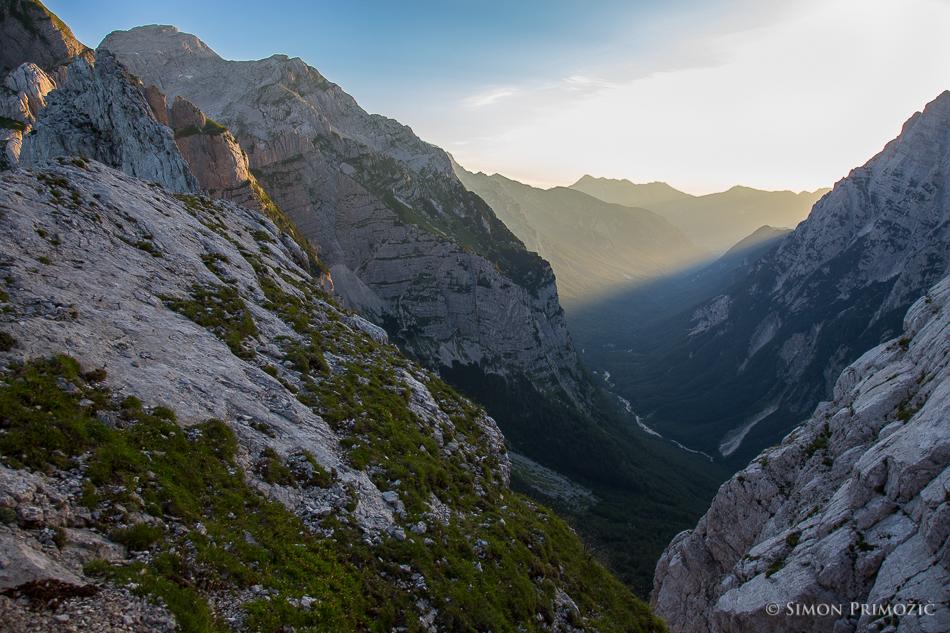 Jutranje sonce prodira v dolino Vrata