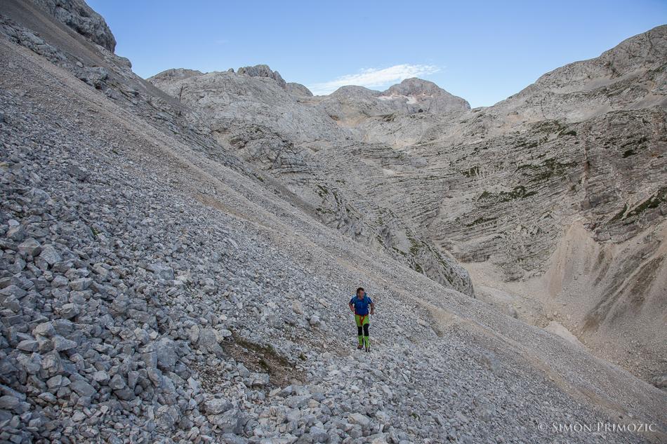 Proti vstopu v plezalni del poti na Rjavino - Triglav v ozadju