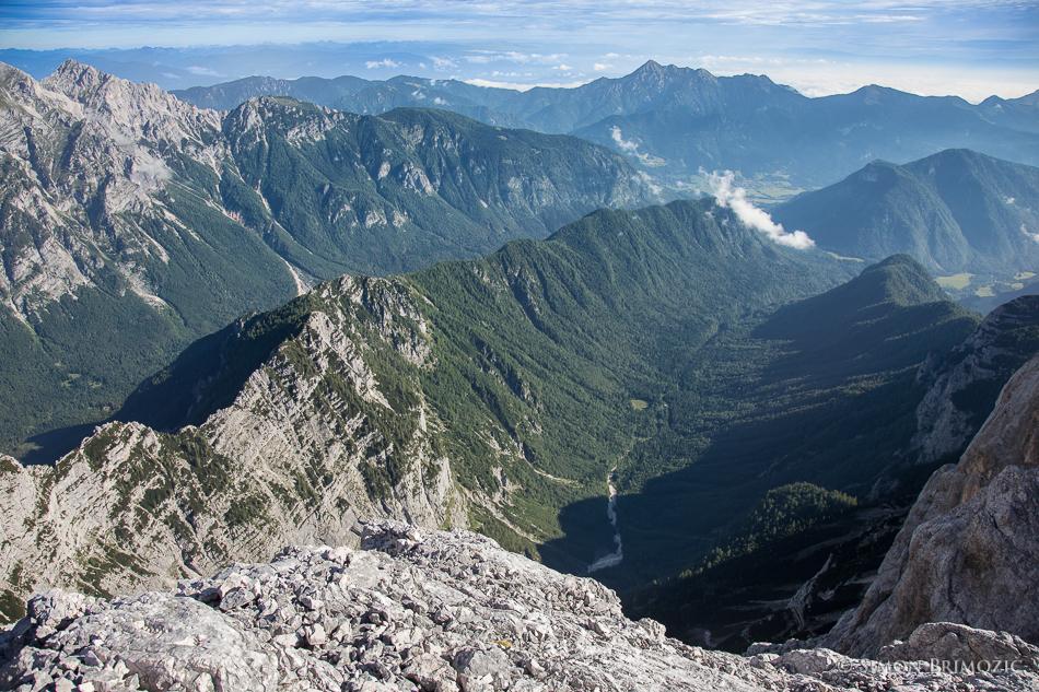 Dolina Kot na sredi, levo prek grebena dolina Vrata