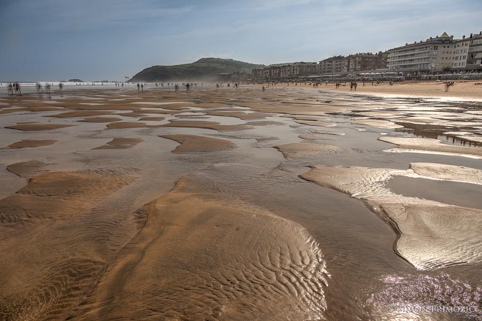 Do vode je ob oseki kar daleč, za otroke pa se plaža spremeni v ogromen peskovnik